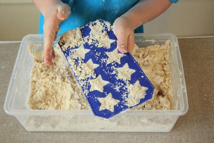 acticités sensorielles de modelage avec de la pâte à modeler sable lunaire fait maison,idées d'activités pour les vacances d'été