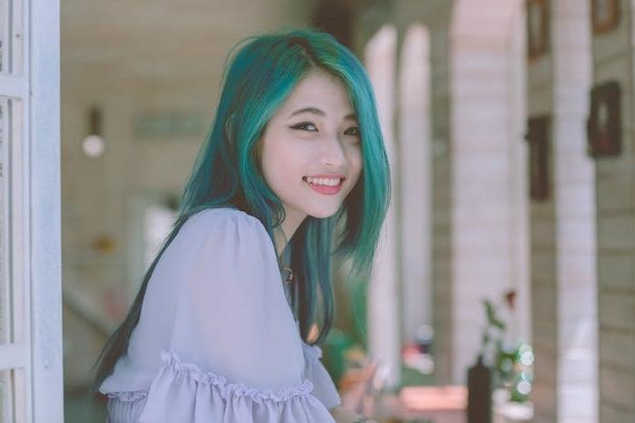 quelle coiffure ado fille choisir, idée de coupe en dégradé deux longueurs et coloration cheveux verts