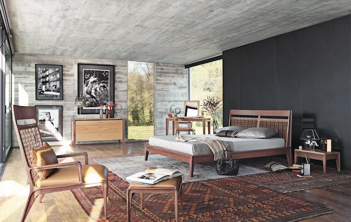 peinture gris anthracite sur un mur derrière le lit, lit, chaises, tabourets et tapis marron clair, parquet clair, deco murale photos noir et blanc