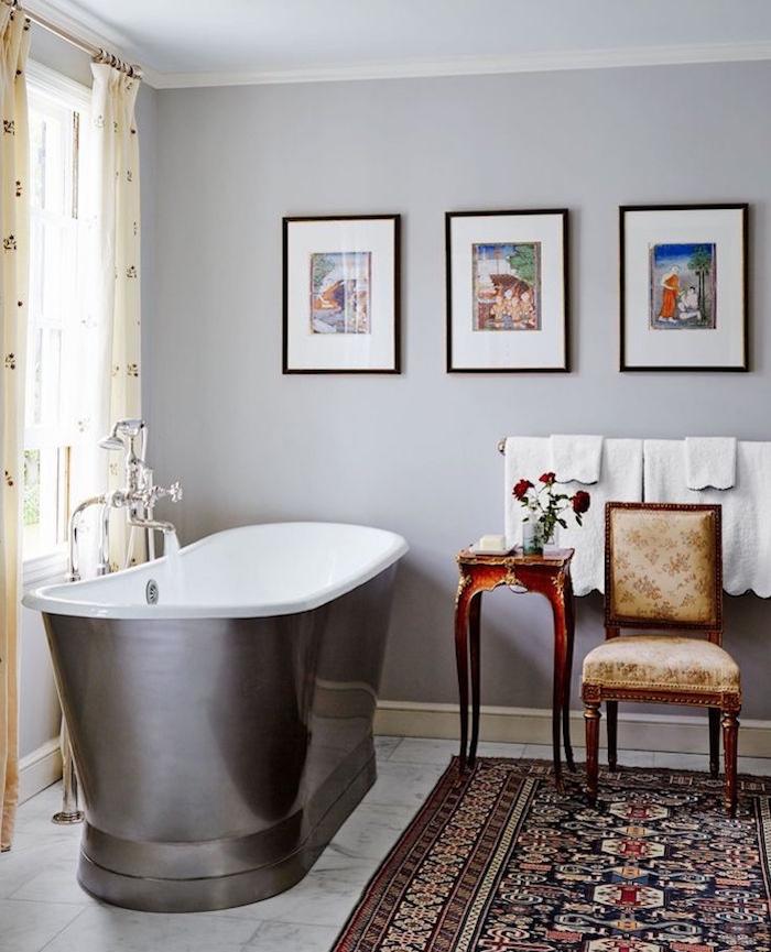 idée quelle couleur associer avec le gris perle, mur peinture gris perle, baignoire gris anthracite, tapis oriental, carrelage sol marbre, deco salle de bain
