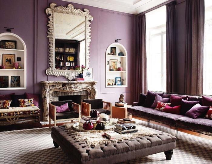 idée quelle couleur associer au mauve, murs en mauve clair, rideaux et table grise, cheminée, miroir baroque, canapé mauve, coussins décoratifs