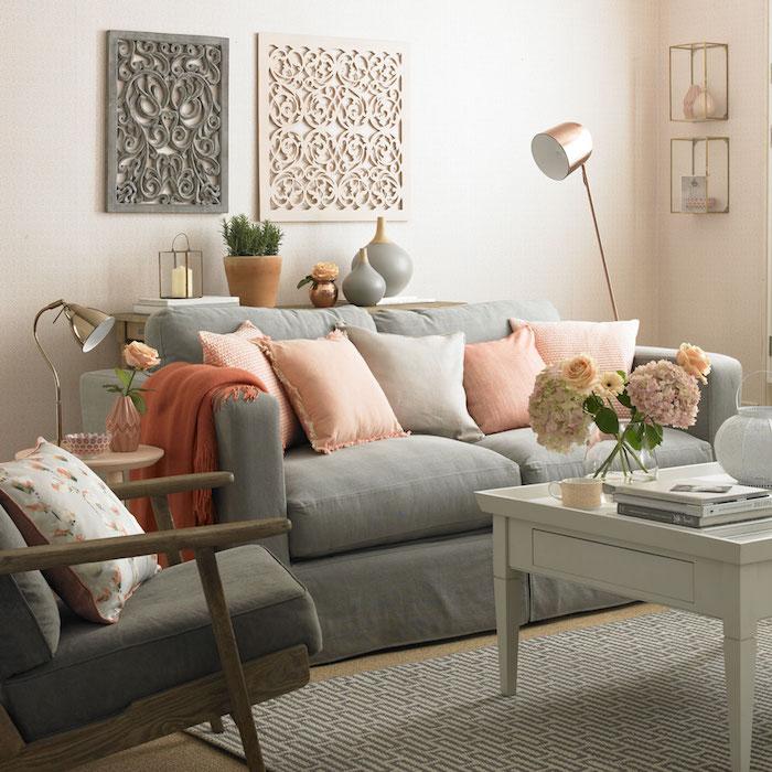 déco avec canapé gris et fauteuil et table grise, tapis gris, mur blanc, coussins décoratifs rose, lampe couleur or, decoration shabby chic