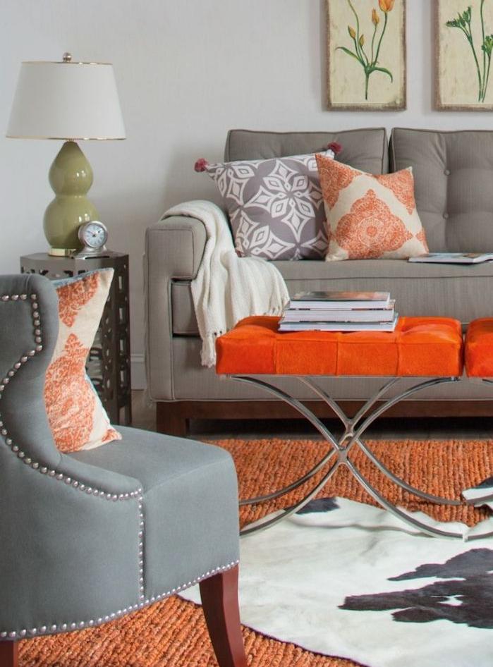 quelle couleur associer avec du gris, tapis et table orange, fauteuil et canapé gris et mur gris perle, deco salon originale