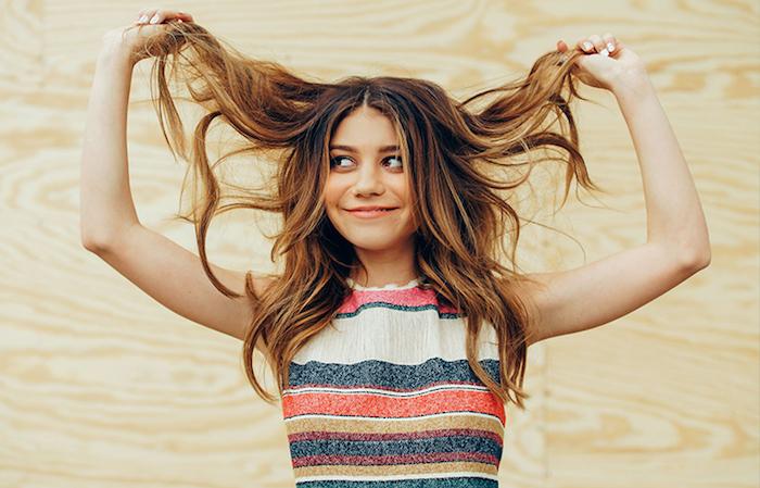 comment choisir sa coupe de cheveux ado fille, idée de coupe dégradé long avec des mèches chatain clair dans cheveux chatain foncé