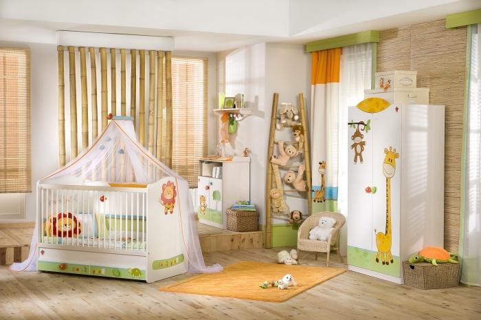ajouter des accessoires dans la chambre bebe blanche avec rideaux et linge de lit à design animal, modèle de paroi séparant de bambou dans la chambre blanche
