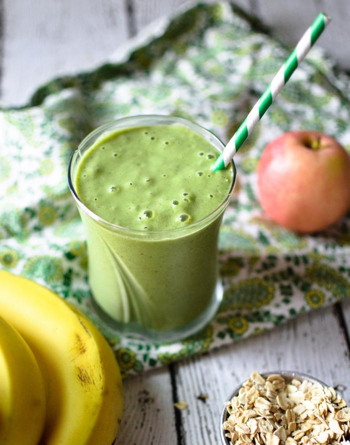 petit-déjeuner santé de smoothie recette minceur à la banane, flocons d avoine et chou kale