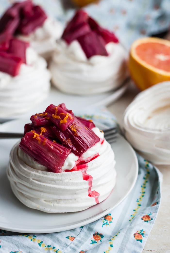 recette dessert léger classique de mini-pavlovas à la rhubarbe rôtie et chantilly fait maison