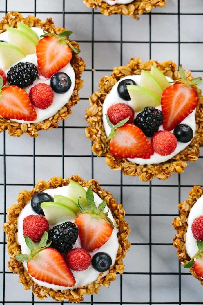recette de tartelettes croustillantes sans cuisson au granola, yaourt et fruits divers, recette diététique de tartelettes petit-déjeuner