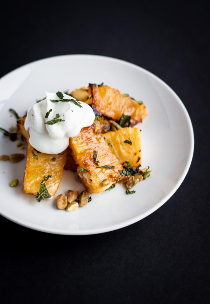 recette diététique et délicieuse pour un dessert à base de fruit, ananas rôti aux pistaches et à la menthe