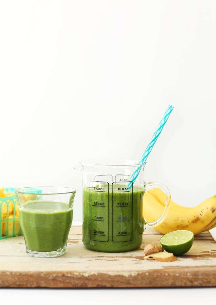 comment faire des smoothies verts pour un régime détox ou minceur, recette de smoothie vert à la banane, ananas, gingembre et légumes-feuilles