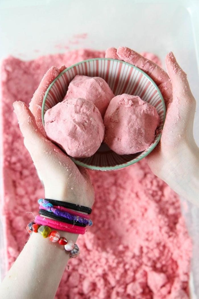 comment faire du sable magique coloré qui se conserve bien et qui est facile à manipuler pour en créer des formes variées