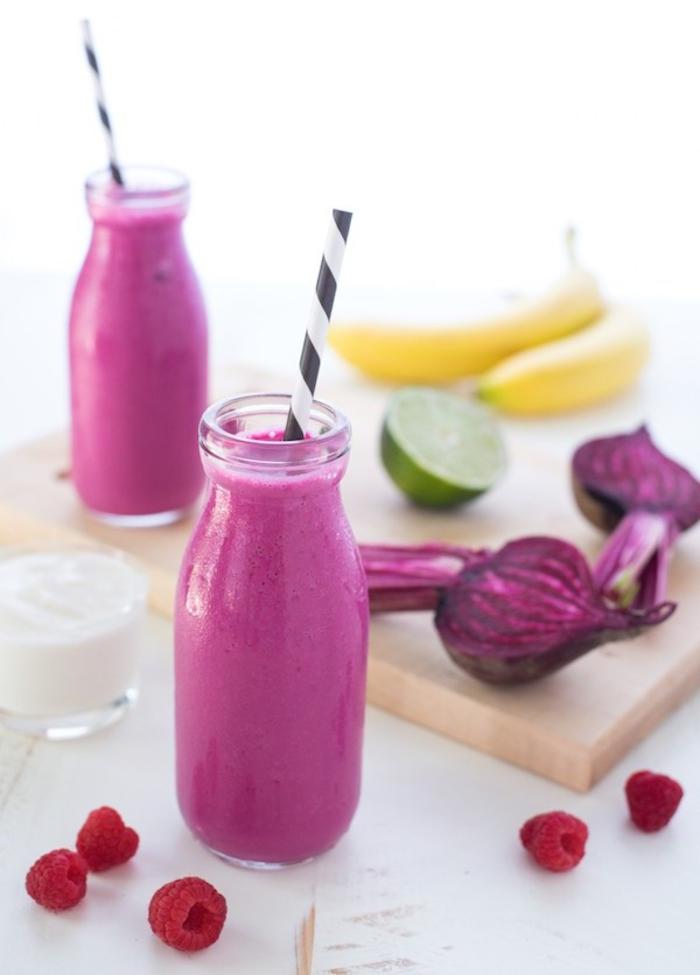 comment faire des smoothies énergisants hauts en couleur, recette de boisson vitaminée aux fruits rouges et aux betteraves
