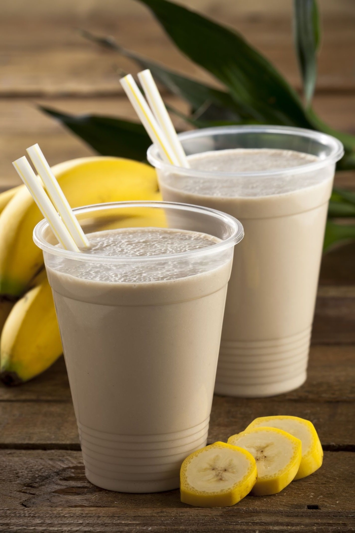 idée pour un smoothie recette riche en vitamines à la banane, épinards, fraises, pomme et yaourt