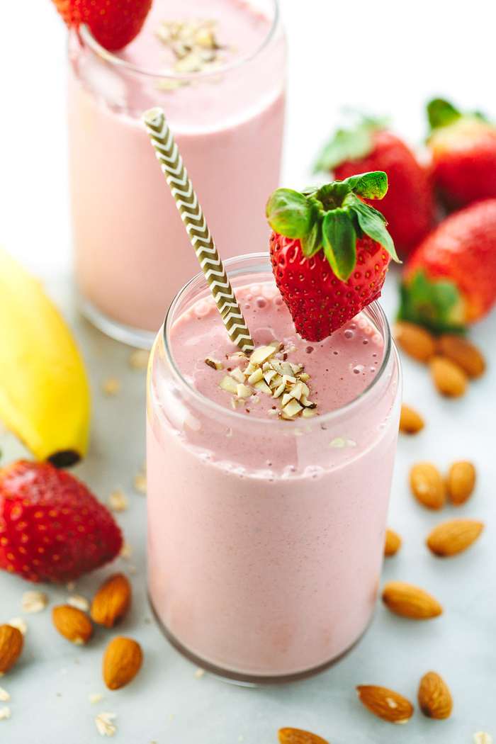 comment faire un smoothie facile et sain pour bien commencer notre journée, recette de smoothie à la banane, fraise et au lait d'amande