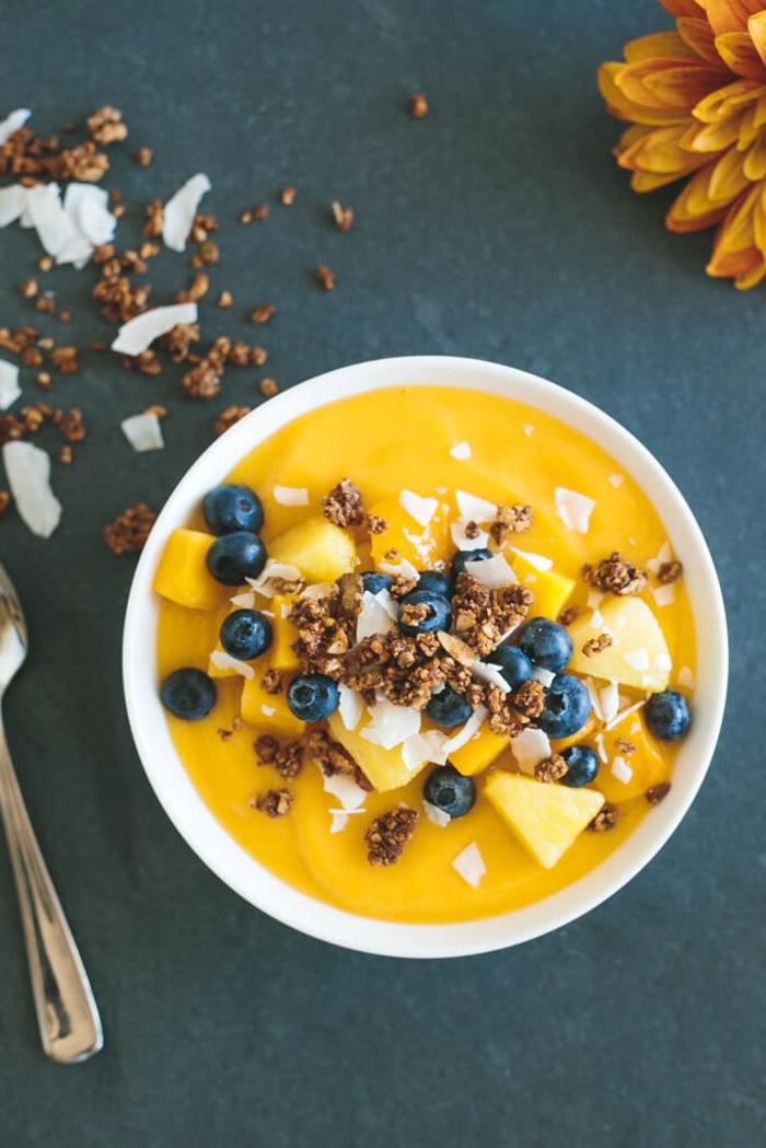 idée pour un smoothie bowl recette aux saveurs tropicales, à la mangue, ananas, banane et eau de coco