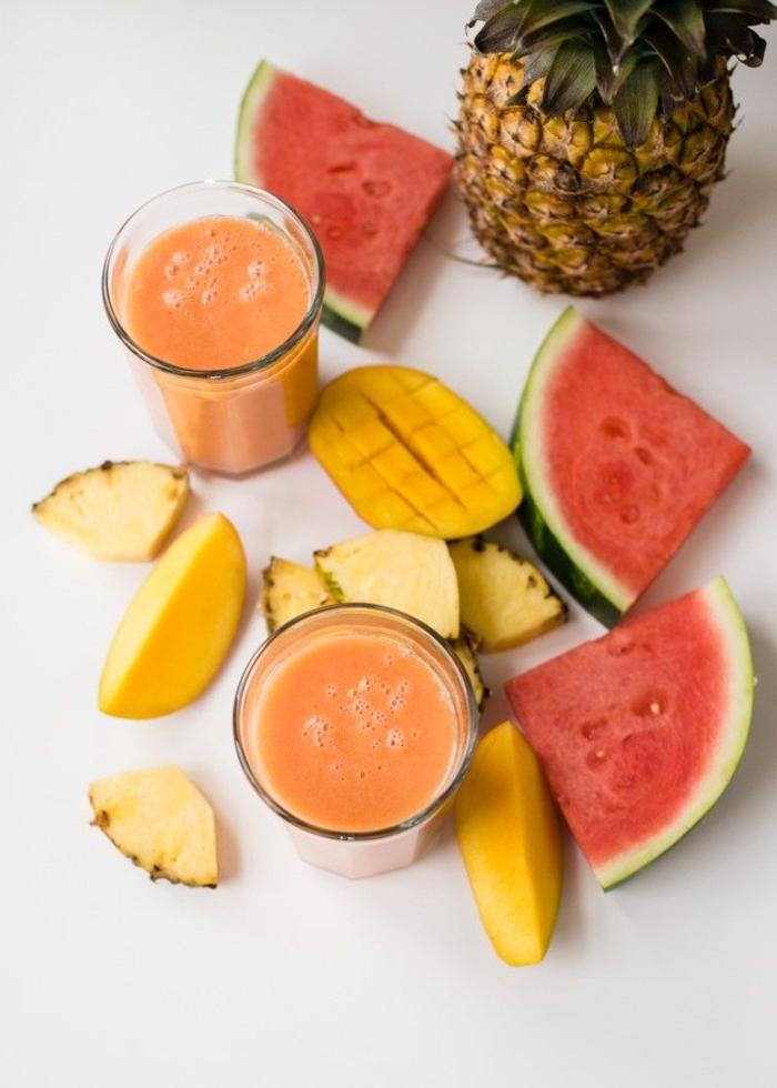 idée pour une boisson rassasiante au goût tropical, recette smoothie à la pastèque, mangue, ananas et eau de coco qui hydrate bien le corps