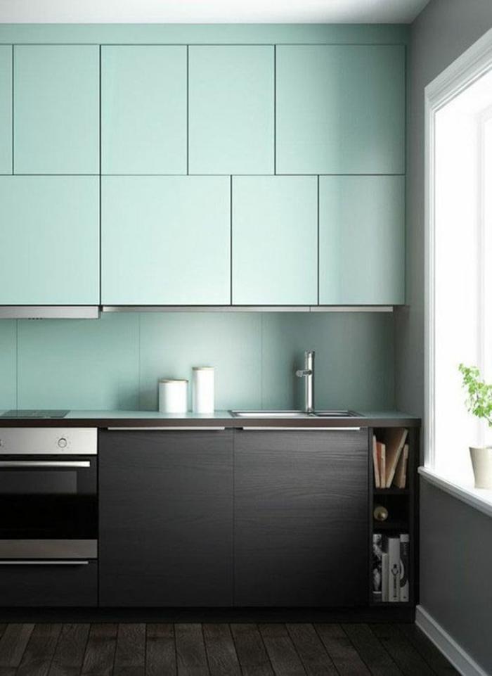repeindre un meuble, couleur vert menthe, sol en parquet noir, meubles noirs, crédence en vert menthe, mur de la fenêtre gris