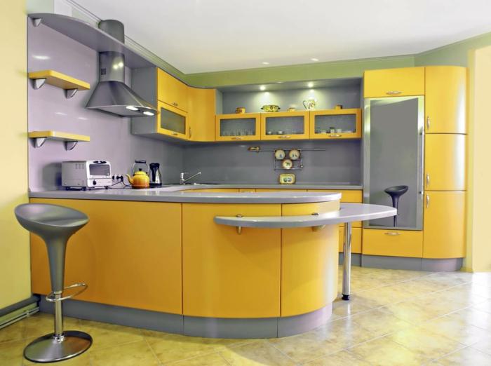 relooking cuisine en jaune et gris, carrelage en jaune, un mur en lila, tabouret de bar en forme ronde, renover sa cuisine
