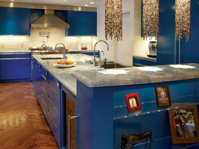 renover sa cuisine, repeindre une cuisine, meubles en bleu turquoise, avec plan de travail en revetement imitation marbre blanc avec des nervures noires
