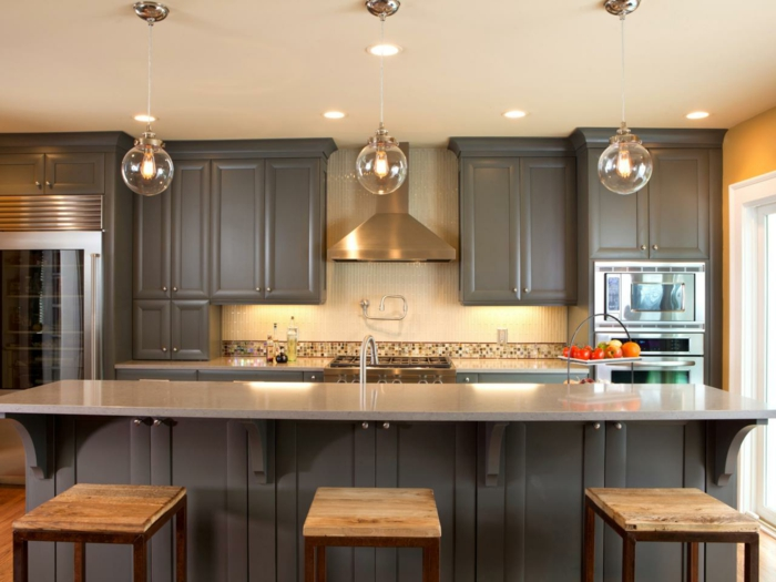 repeindre une cuisine, meubles en gris perle, style classique, trois boules en verre transparent, trois tabourets de bar en bois clair