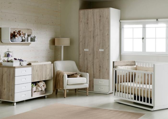 deco chambre bebe avec mur de bois, modèle de lit à barreaux de bois blanc couvert de coussins décoratifs