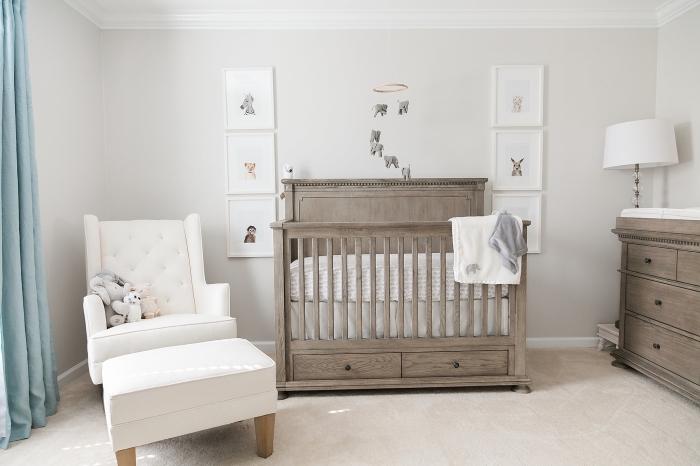 rideaux bleu pastel dans la deco chambre bebe garcon aux murs blancs aménagés avec meubles de bois, décoration avec cadres photos blancs