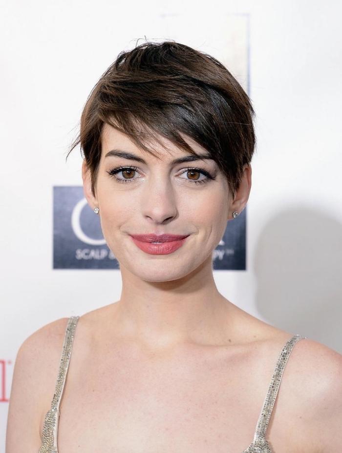 coupe de cheveux très courts avec frange asymétrique d'Anne Hathaway, maquillage yeux marron avec rouge à lèvres rouge