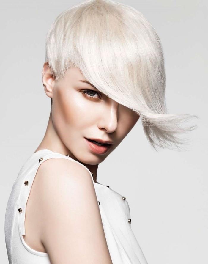 idée superbe pour une coupe de cheveux court femme 40 ans, cheveux rasés sur le nuque avec un dégradé progressif sur le haut et frange ultra longue tombant sur le visage