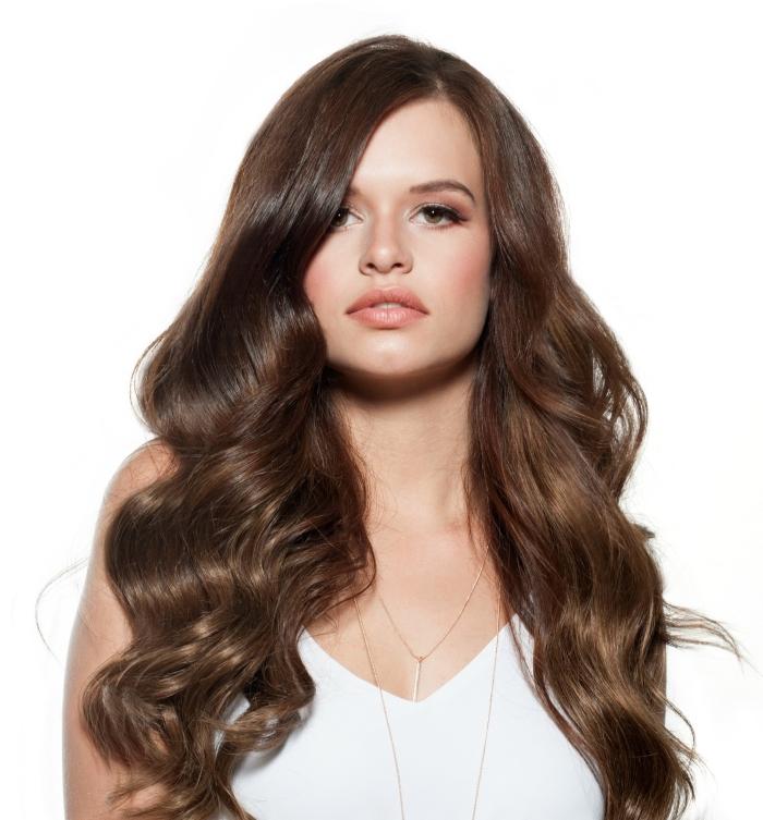 couleur cheveux marron pour femme aux yeux noisettes, coiffure cheveux lâchés en boucles anglaises