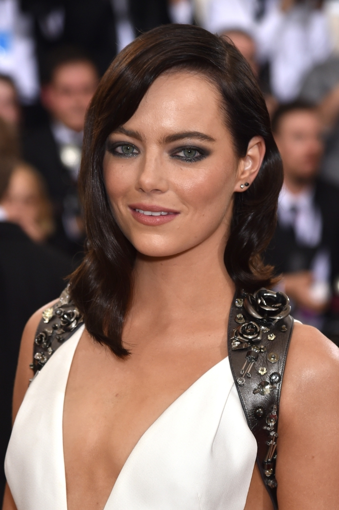 coupe femme moderne mi longs de couleur cheveux marron avec boucles et frange longue de côté, quel maquillage pour yeux verts