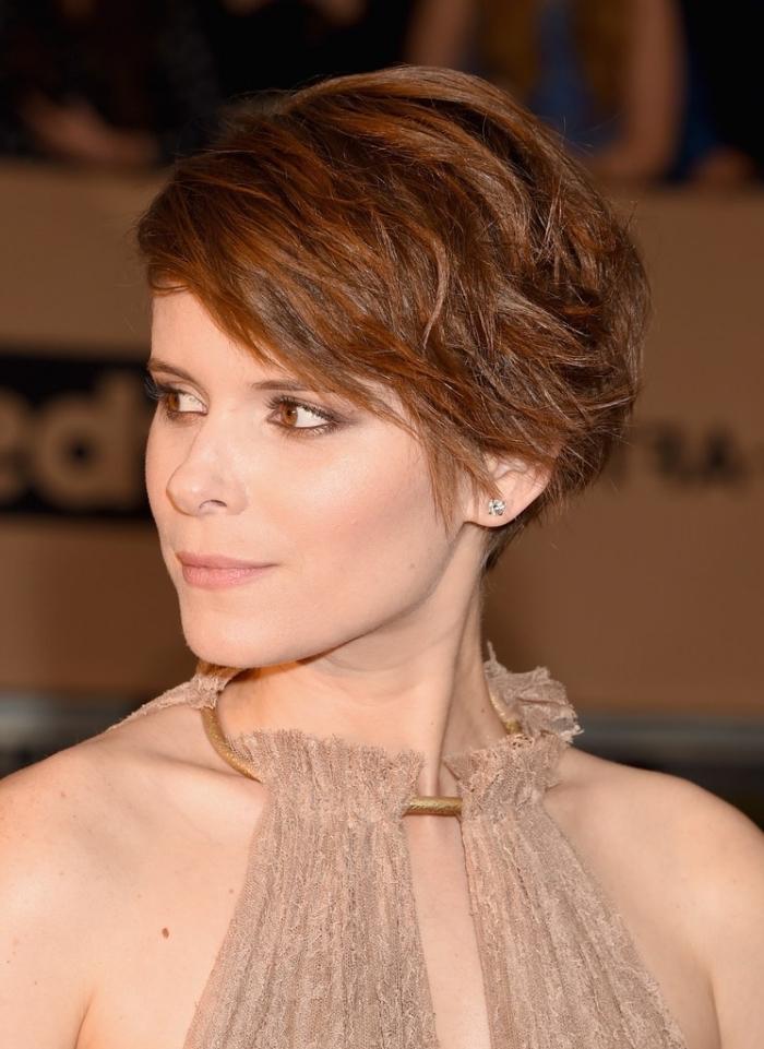 vision féminine élégante avec une coupe de cheveux très courts en dégradé, coloration naturelle avec mèches aux reflets cuivrés
