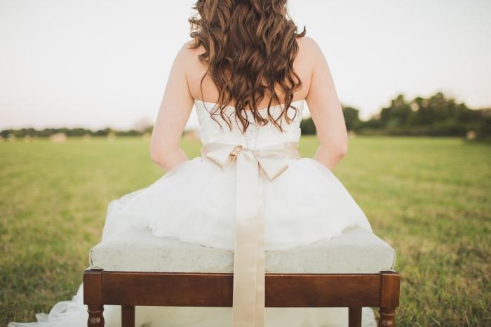 quelle couleur cheveux pour une coiffure de mariée, coloration châtain foncé pour un look romantique et naturel