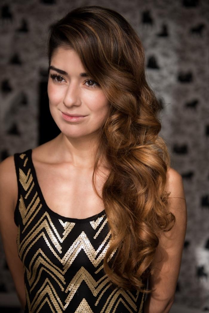 coiffure romantique pour cheveux longs et bouclés attachés sur le côté, modèle de robe en or et noir