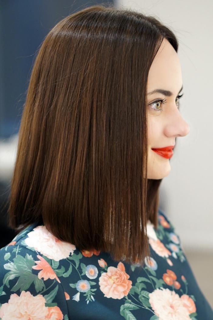 idée maquillage avec rouge à lèvres rouge et mascara noir, coupe carré long aux racines foncées et pointes éclaircies