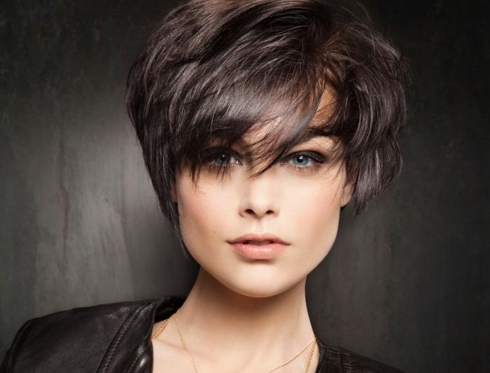 quel maquillage pour yeux bleus, coupe de cheveux femme courts avec pattes sur les oreilles et frange longue asymétrique