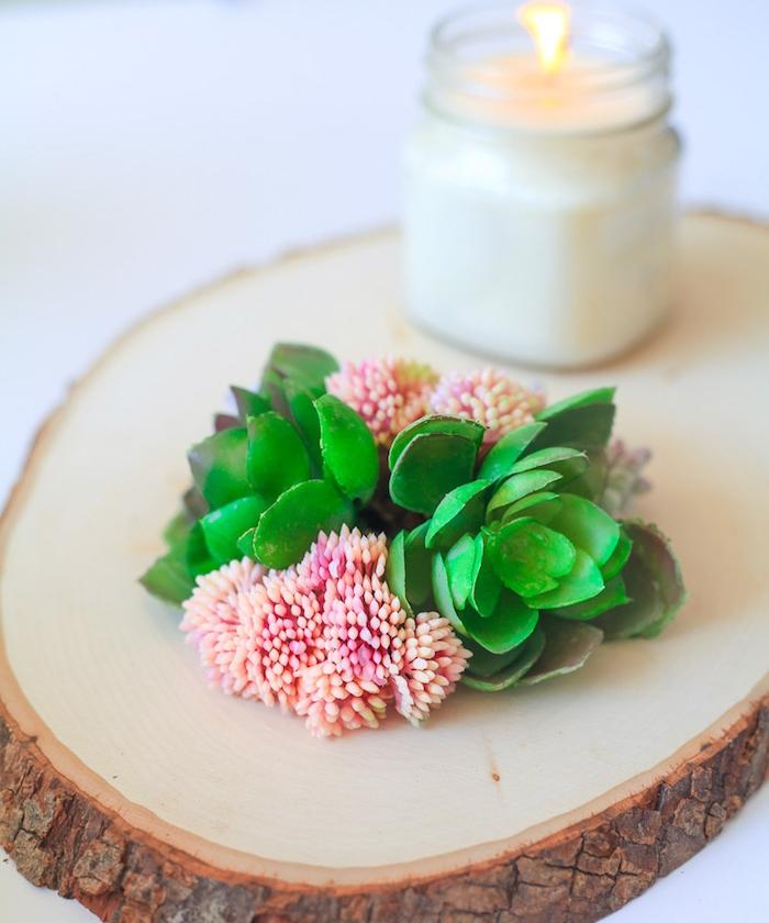 rondin en bois avec des fleurs et un bougeoir avec bougie aromatique romantique, idée de décoration printanière, activite manuel