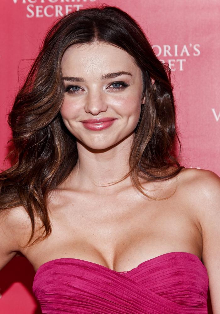vision mignonne avec robe en bustier coeur de couleur fuchsia combinée avec rouge à lèvres rose et poudre rose