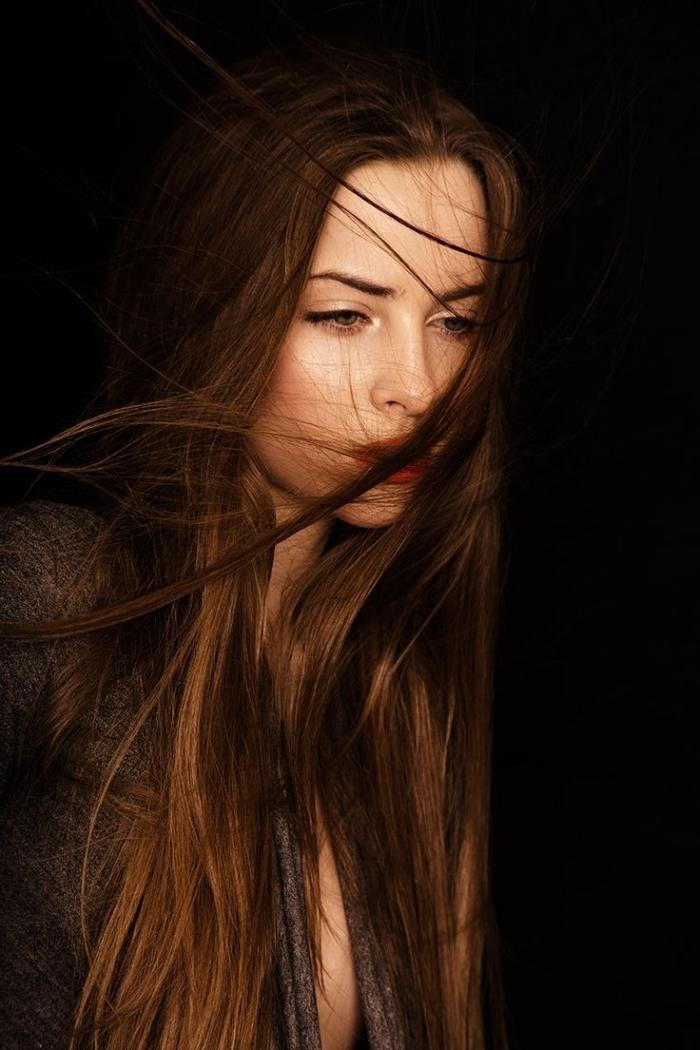 cheveux longs et raids de couleur châtain foncé aux reflets dorés, maquillage en lèvres rouge et eye-liner noir