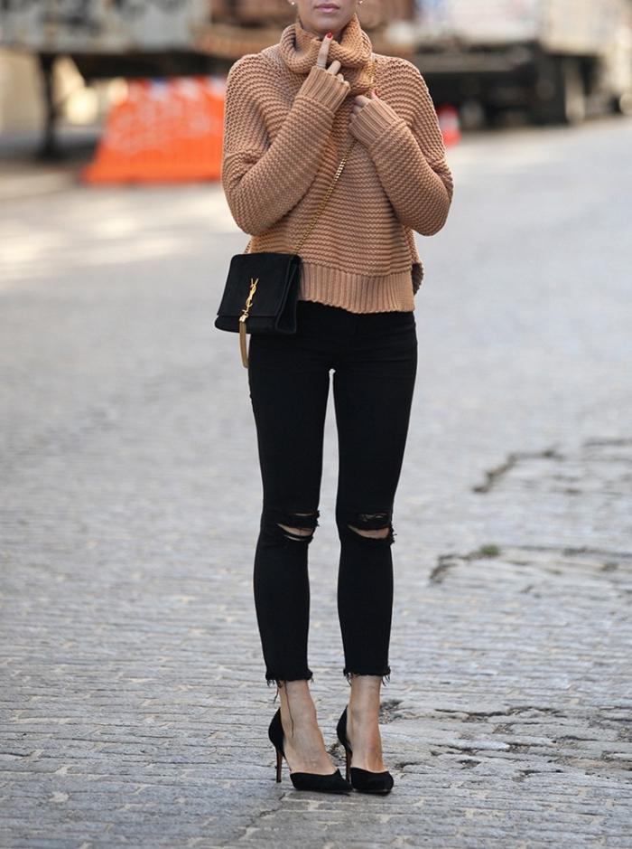 look casual chic en pantalon troué noir et pull over loose camel, chaussures à talons noires combinés avec pochette noir et or