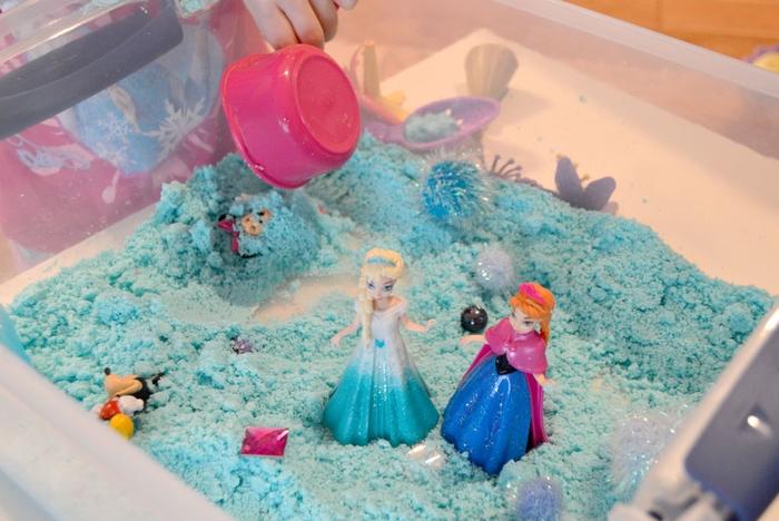 idée pour un bac sensoriel fille sur thème la reine des neige avec du sable kinetic à base de sucre