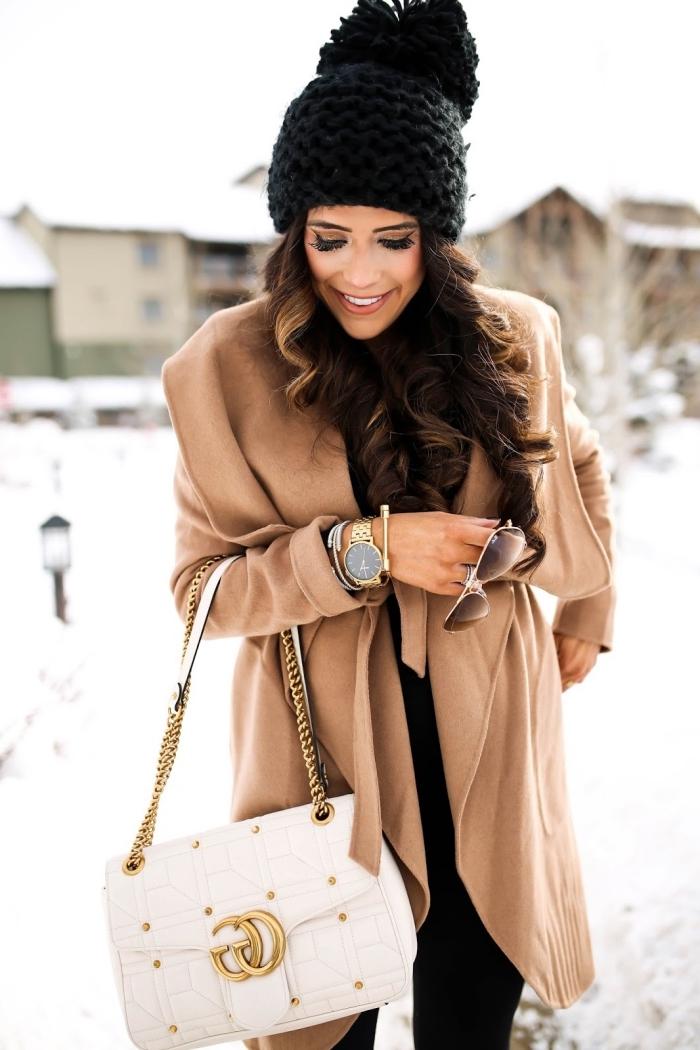 vision élégante avec pantalon noir et bonnet en crochet, accessoires montre et bracelet en or, modèle de sac à main blanc et or
