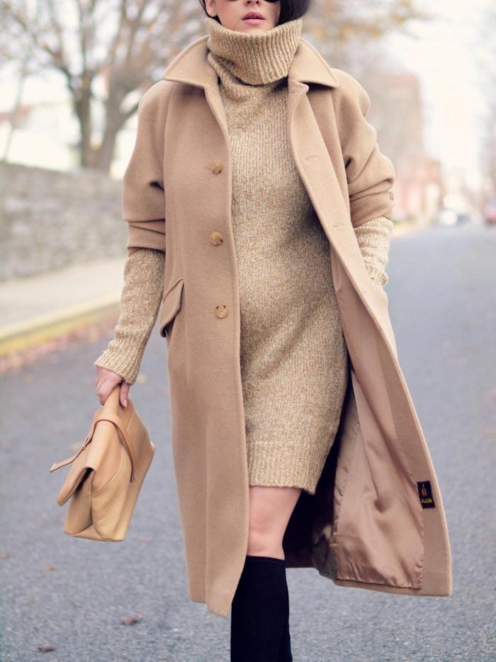 manteau femme camel combiné avec robe pull beige et sac à main de cuir camel, accessoires noirs pour une tenue chic