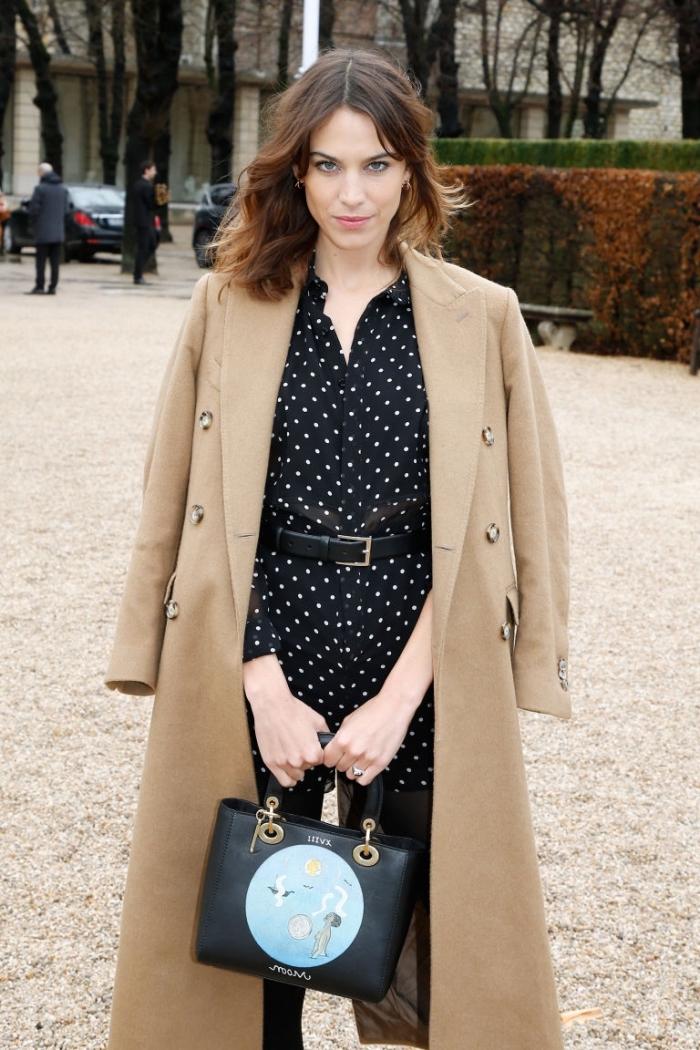 vision chic féminine en chemise tunique avec ceinture cuir noir et manteau long de couleur beige