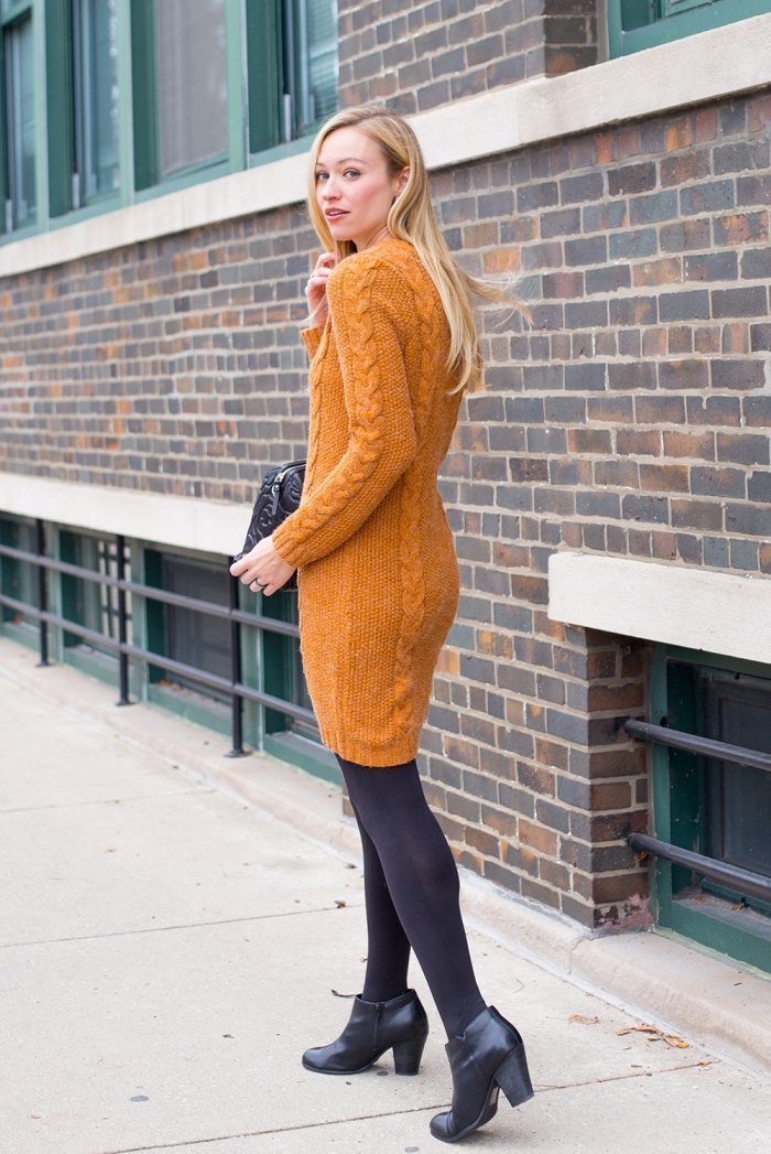 modèle de robe pull en crochet de couleur orange camel combiné avec collants noirs et bottines cuir noir