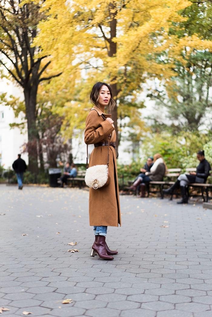 bien habillée en jeans et manteau long élégant, modèle de bottines cuir violet foncé, coupe de cheveux femme avec mèches blondes et racines noires