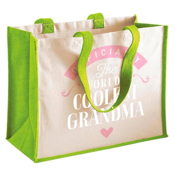 modèle de sac beige aux poignées vertes avec gravure la mamie la plus cool du monde, cadeau personnalisé à offrir à sa grand-mère
