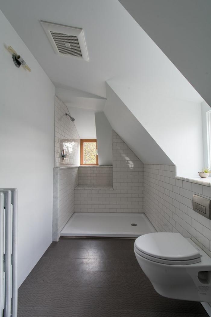 idée sympathique et teès pratique pour une salle de bain 4m2, carrelage métro blanc
