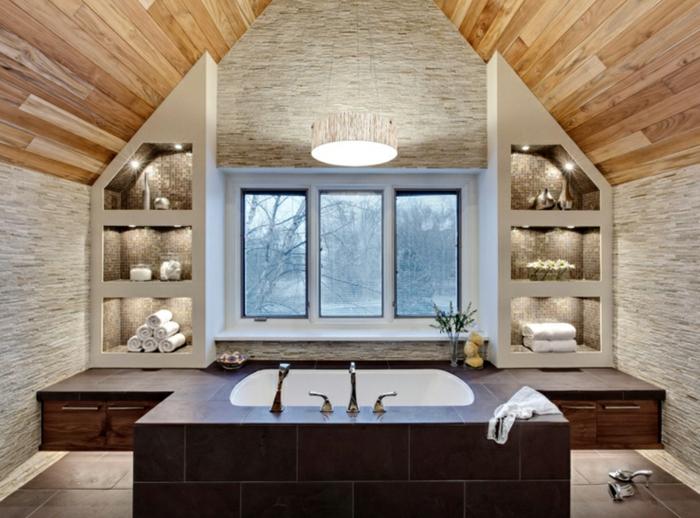 salle de bain de luxe, étagère sur mesure, grande baignoire, plafond en bois, grande fenêtre