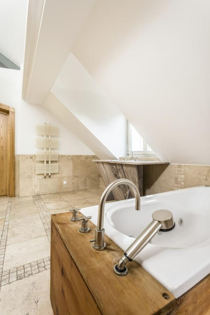plafond blanc, grande baignoire spa, carrelage beige, murs et plafond blancs, salle de bain 6m2