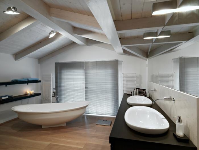 aménagement des espaces attiques, baignoire autoportante, poutres apparentes au plafond, vasques blanches sur un comptoir en bois foncé, salle de bain 5m2